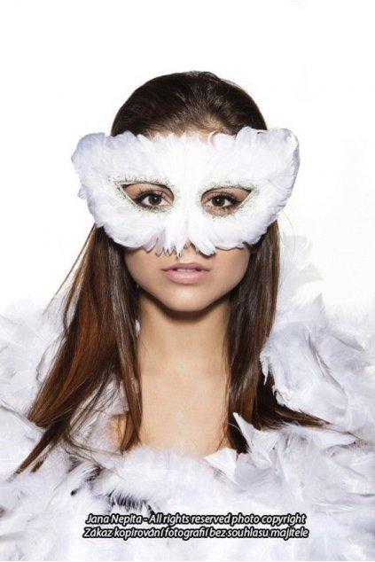 Bílá maska s peřím