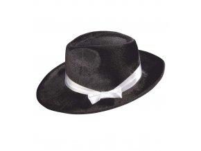 Černý klobouk s bílou stuhou