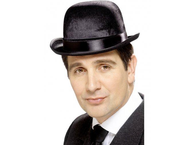 Černý klobouk buřinka sametová