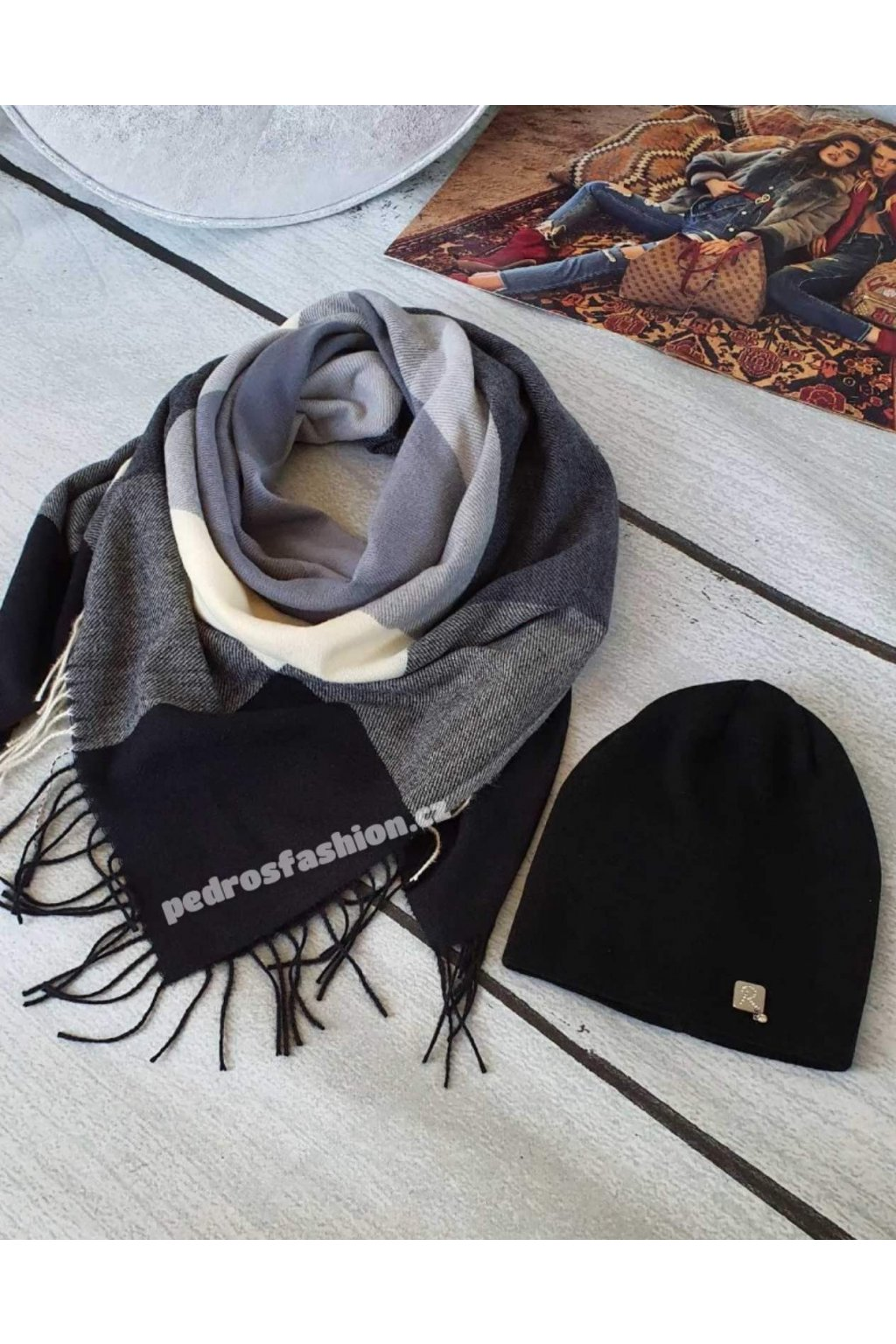 Sladný set čepice a šátku v kombinaci černé, šedé a krémové barvy.