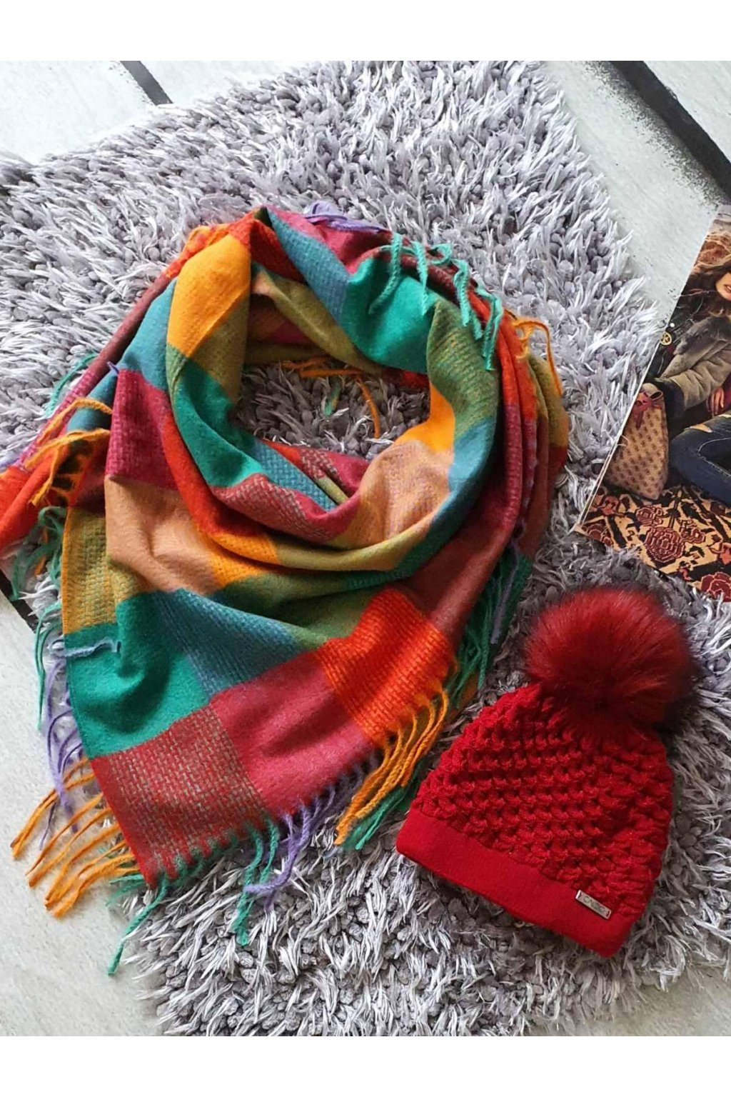 sladěný set čepice a šátku v červenožlutá barvě tip na vánoční dárek