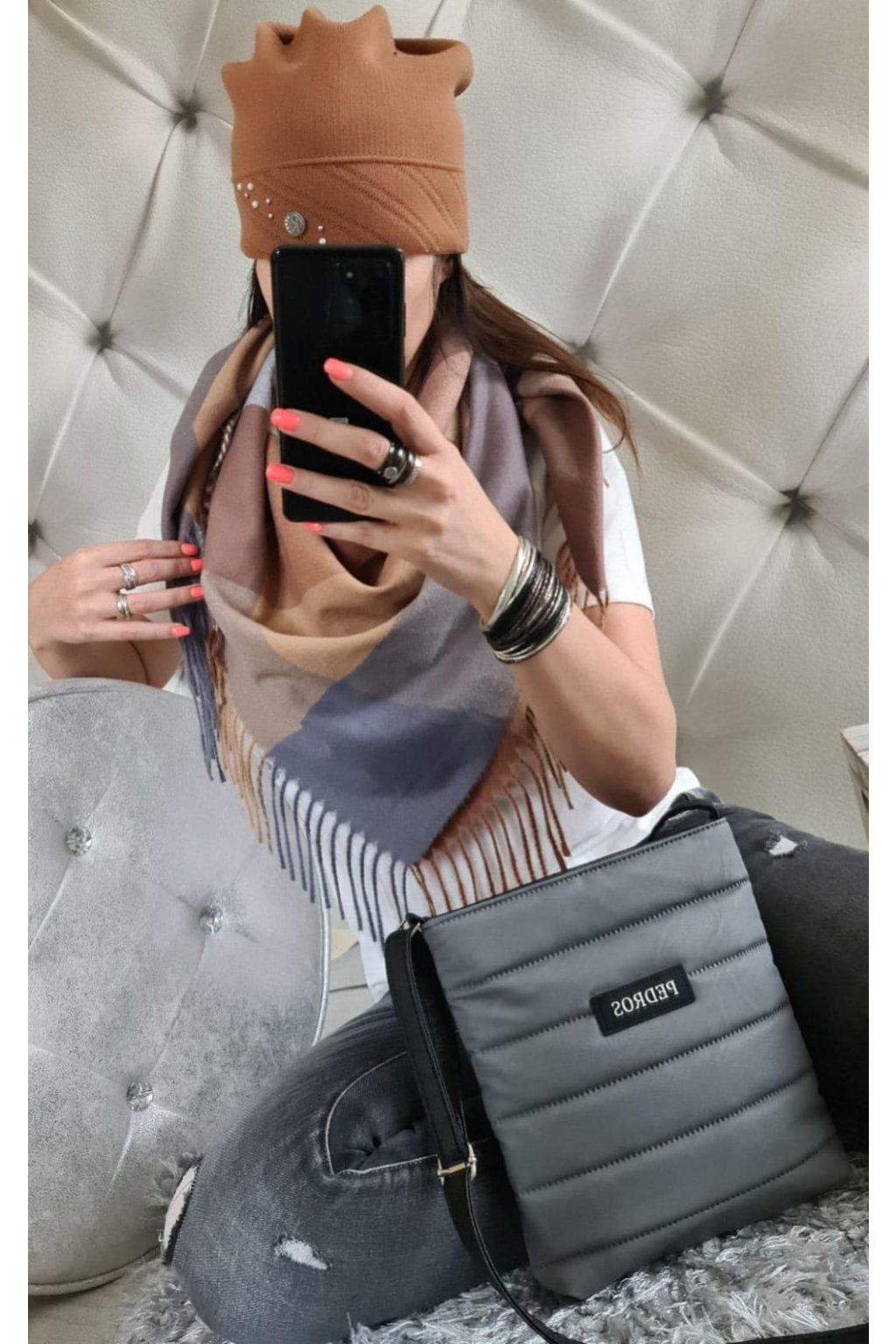 Sladěný set kabelky, šátku a čepice v šedé barvě