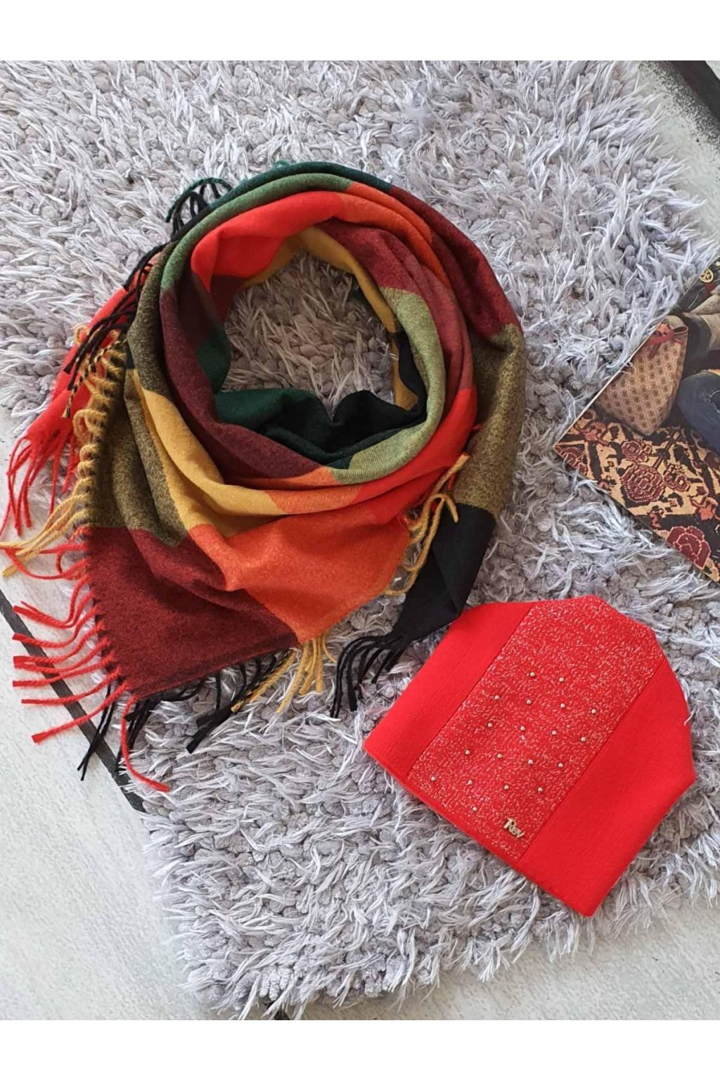 Sladěný set čepice a šátku v červené barvě