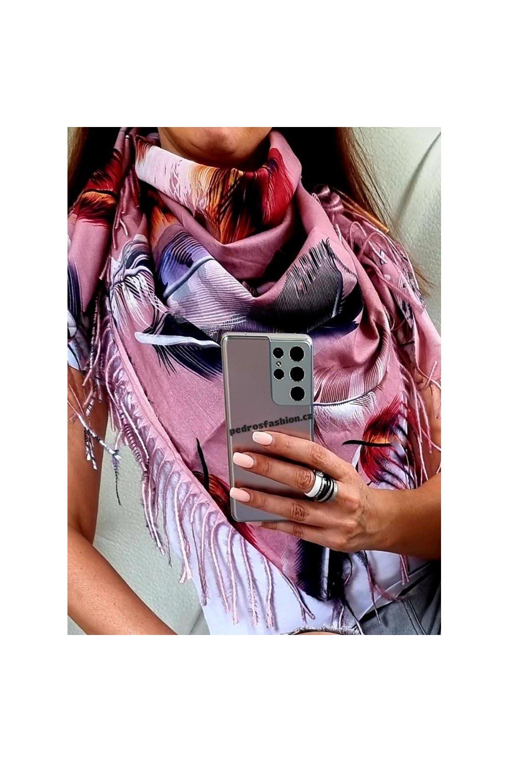 šátek trendy kašmír potisk peří růžový