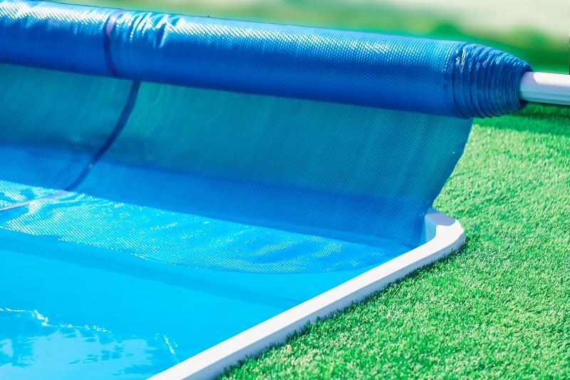 Zakrývací plachty jsou praktickým pomocníkem i v létě. Jak je využít?