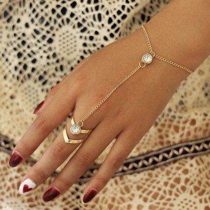 Modní letní náramek zlaté barvy přes ruku (1)