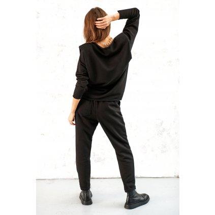 Teplákové kalhoty pohodlného střihu v černé barvě