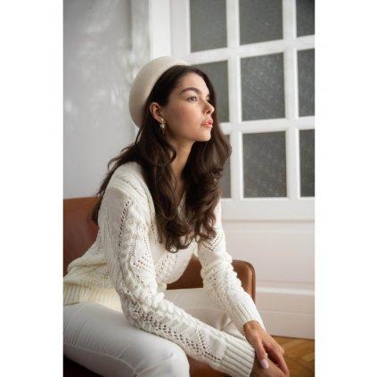 Ažurový pletený svetr s výstřihem do V K106