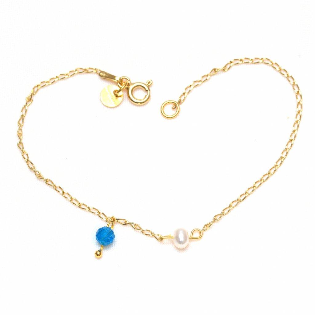 minimalisticky zlaceny naramek s bilou perlou a apatitem UN10221 Perlomanie