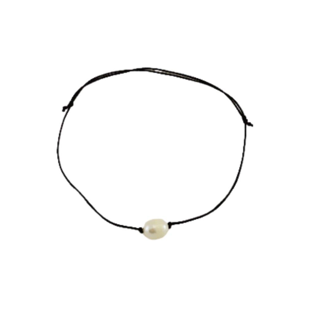 Náramek na šňůrce s pravou bílou perlou, černá šňůrka S15001