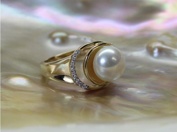 zlatý prsten se sladkovodní perlou a brilianty