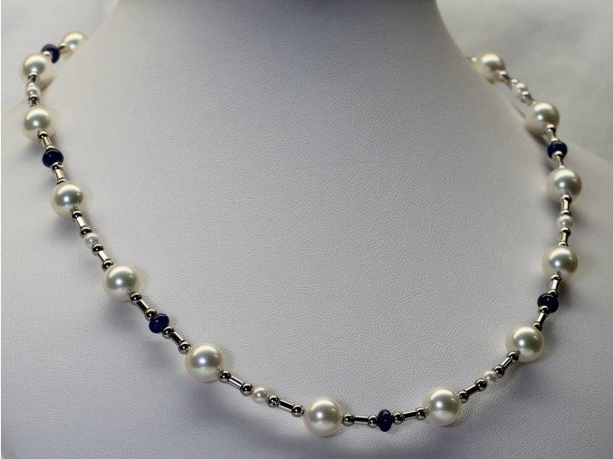 náhrdelník z mořských perel se safíry a zlatým uzávěrem