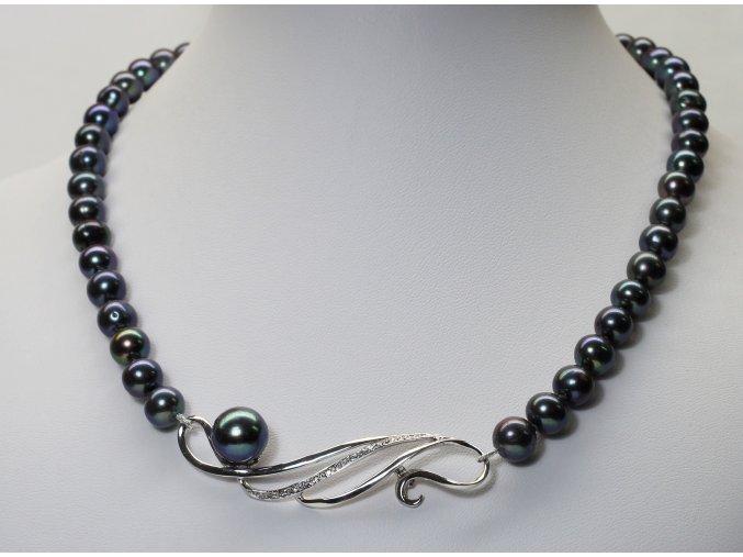 náhrdelník ze sladkovodních perel se stříbrným uzávěrem a ozdobou