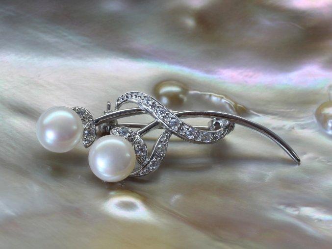 stříbrná brož s perlami