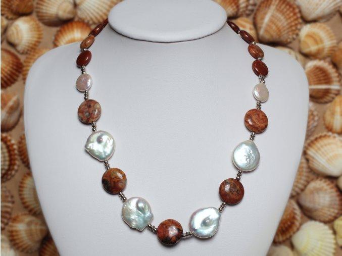náhrdelník ze sladkovodních perel a fosílních korálů se stříbrným uzávěrem