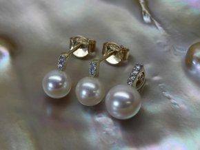 náušnice a přívěsek ze žlutého zlata se sladkovodními perlami a brilianty