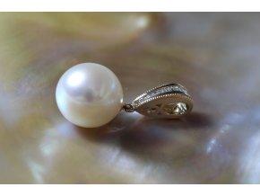 zlatý přívěsek s mořskou perlou a diamanty