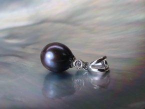 zlatý přívěsek se sladkovodní perlou a briliantem