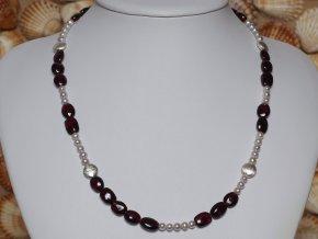 náhrdelník ze sladkovodních perel s almandiny se stříbrným uzávěrem