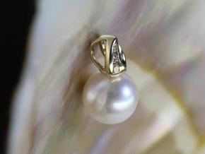 zlatý přívěsek se sladkovodní perlou a brilianty
