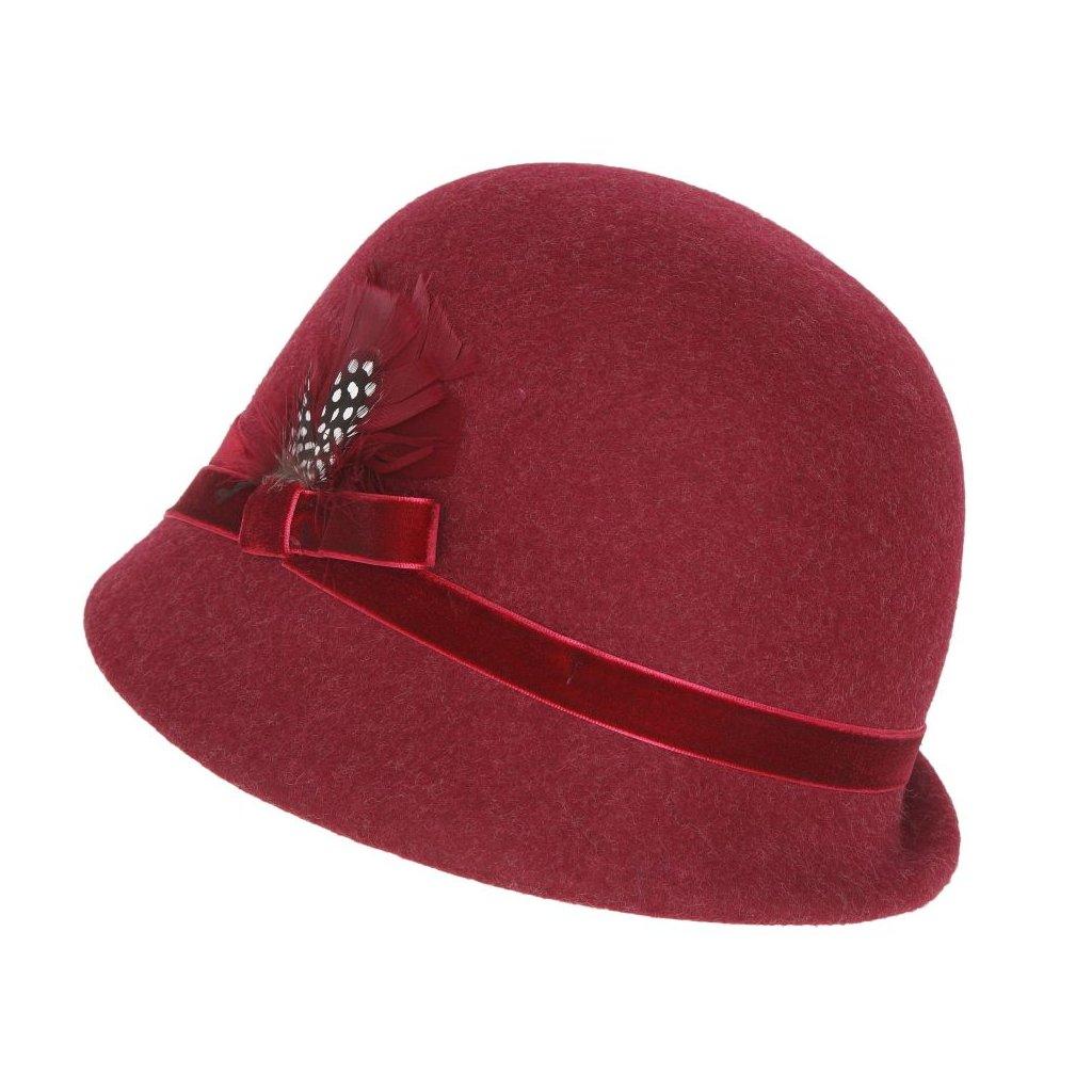 Dámský klobouk zdobený peřím