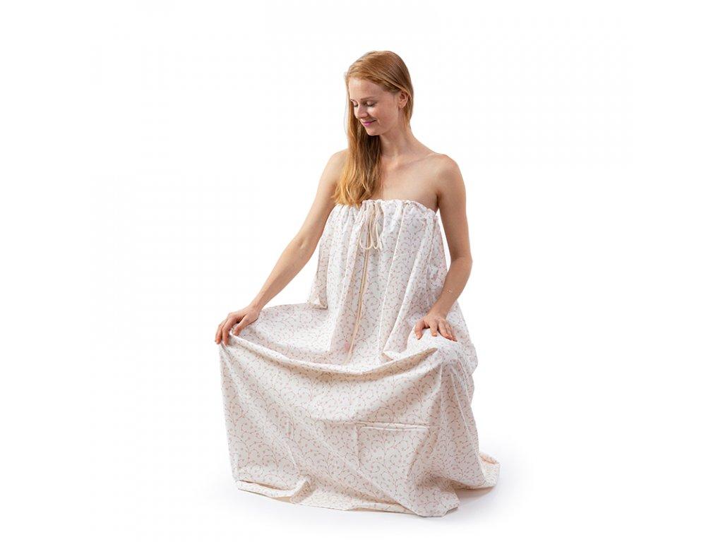 Steamy bavlneny plast pro bylinnou naparku sedici zena zepredu