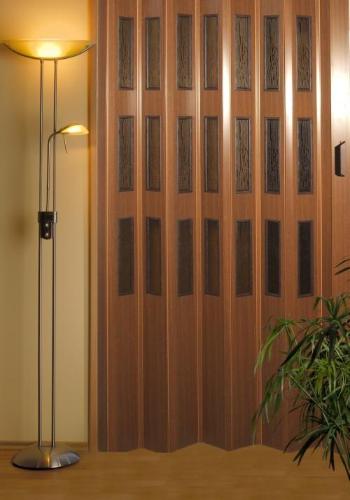 Plastové shrnovací dveře s výškou do 200cm, imitace dřeva