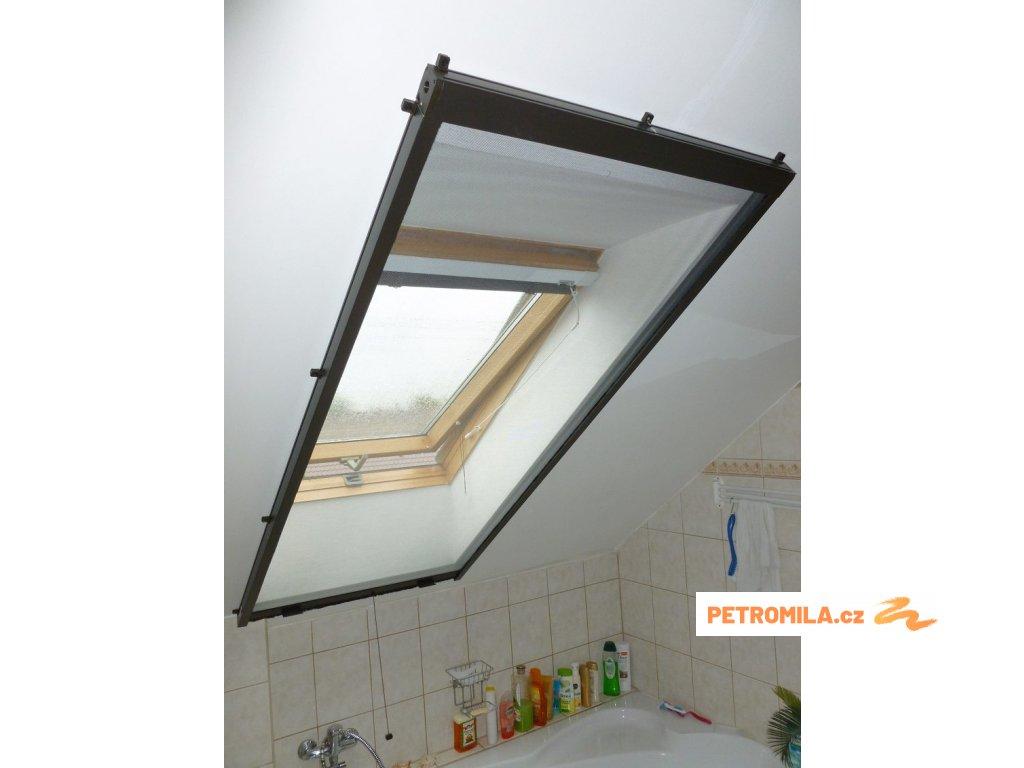 Univerzální sítě do oken rolovací, šířku vyrobíme na míru mezi 61-70cm (MONTÁŽ RÁM OKNA, VÝŠKA 111-120cm)