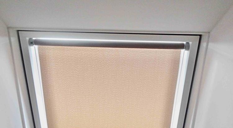 Roleta STREAM na střešní okna Velux MK08 78x140cm LÁTKA: 2. skupina - silněji stínící a dětské látky