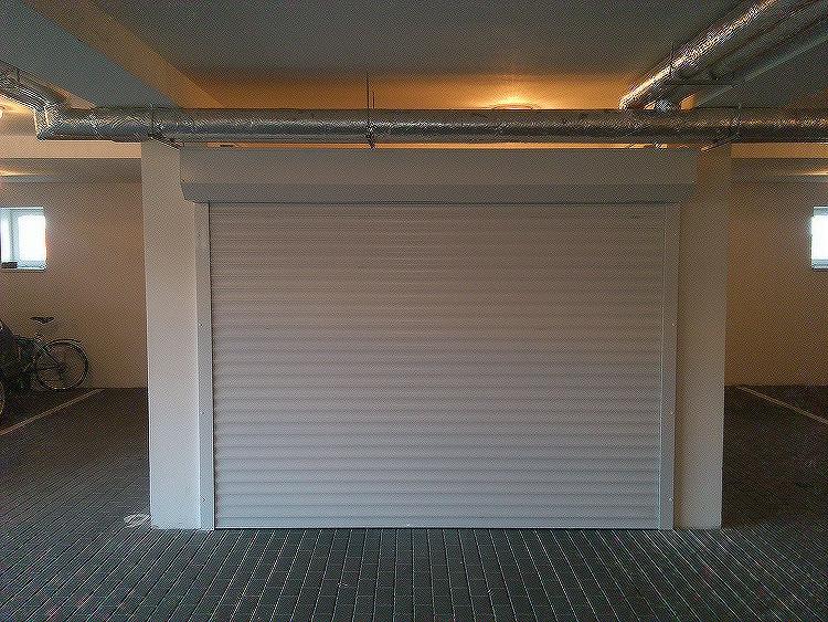 Rolovací garážová vrata LA52 šířka 2300mm ovládání vrat:: manuální - madlo + pružinová protiváha, výška stavebního otvoru mezi:: 181-200cm