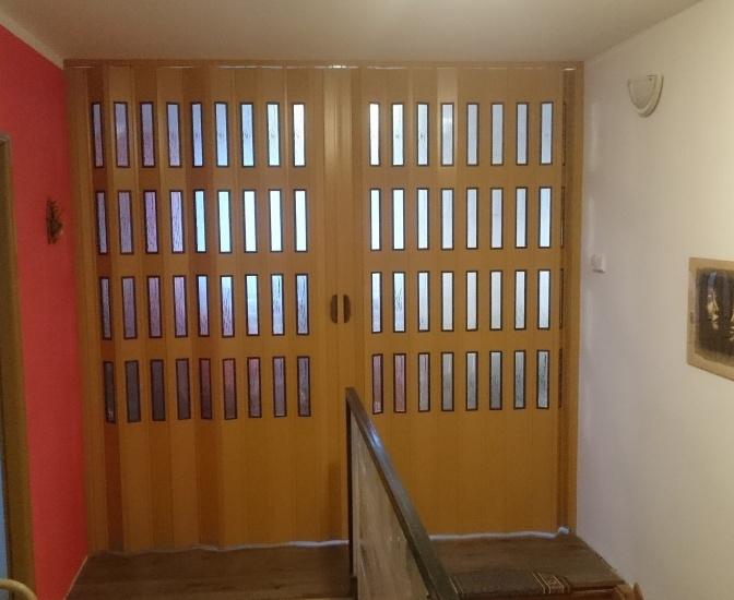 Plastové shrnovací dveře dvoukřídlé šířka do 326cm VÝŠKA: do 200cm, ODSTÍN: ZÁKLADNÍ ( bílá nebo hnědá ), zavírání: ZÁMEK S KLÍČKEM, prosklení: BEZ PROSKLENÍ