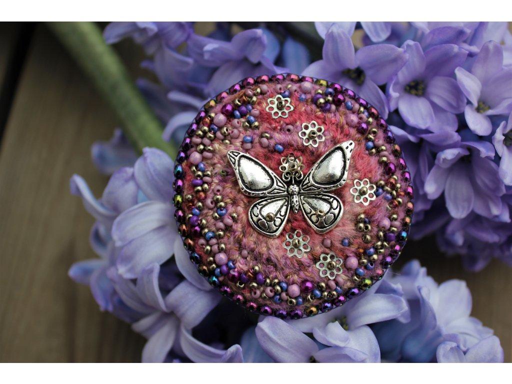 Brož s malým motýlkem
