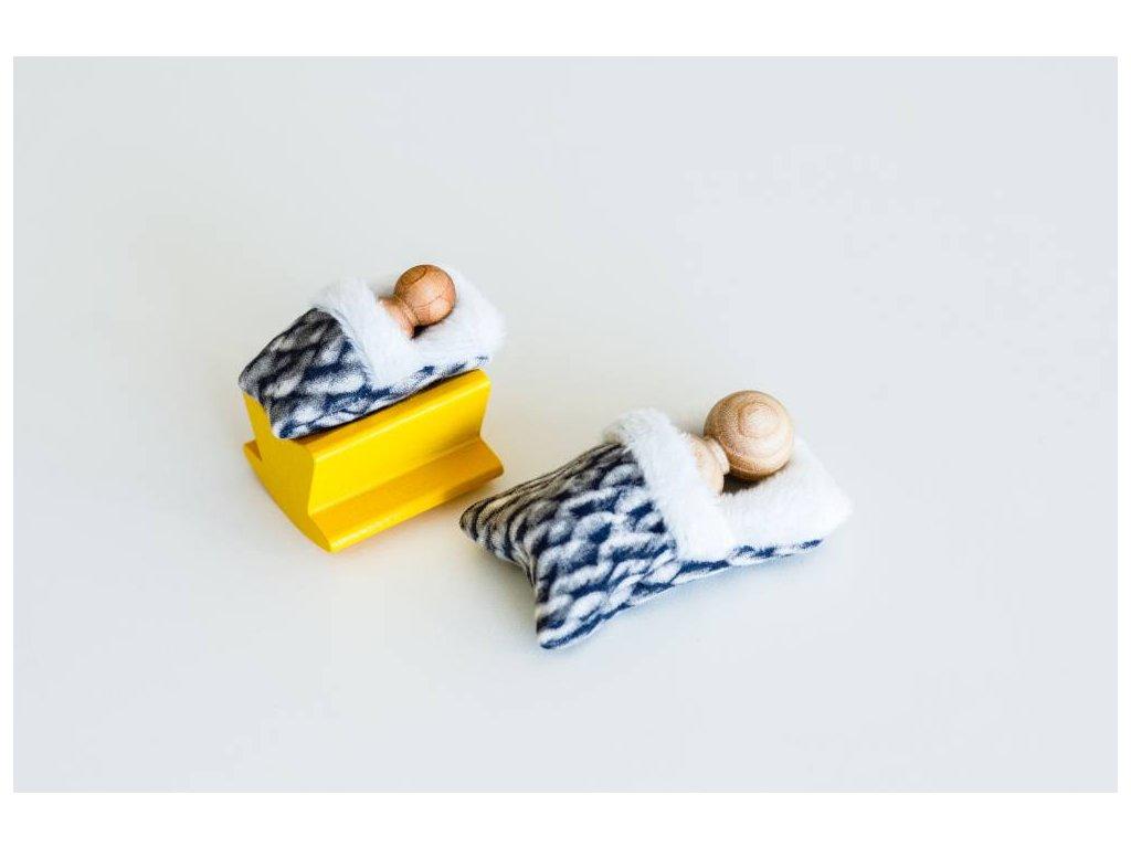Figurky deti perinky sede v kolebce
