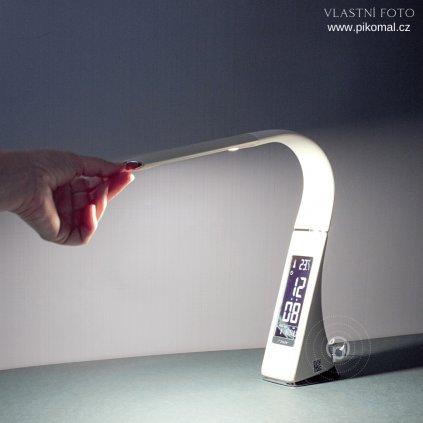 lampička LED krémové barvy na stůl s digitálním displayem obchod svitidla pikomal dagmar touskova ruka