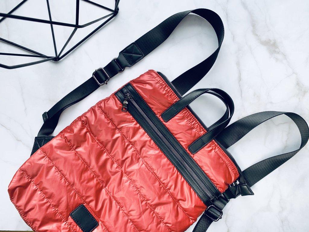 Červený prešívaný ruksak s koženými detailmi