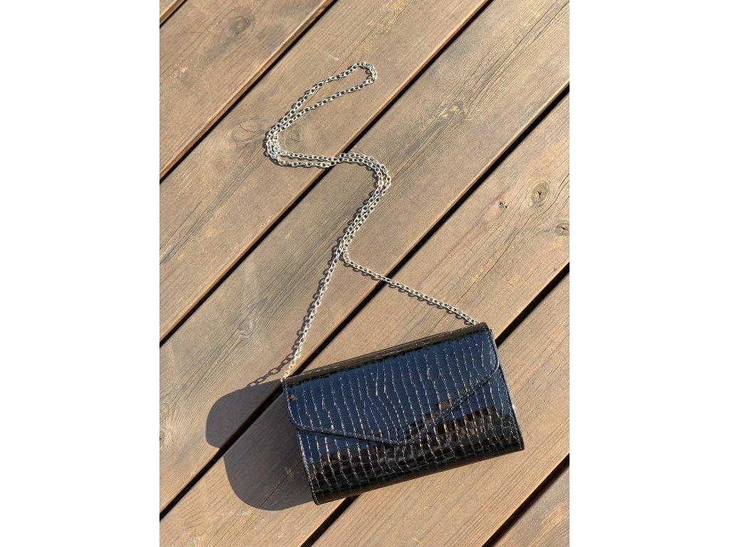 Spoločenská kabelka v čiernej lesklej farbe
