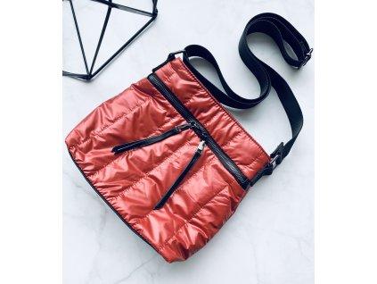 Červená crossbody kabelka s koženými detailmi