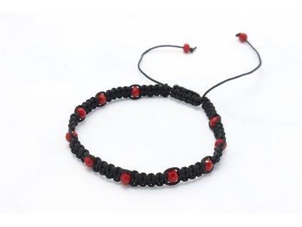 Čierny nitkový náramok s červenými korálkami