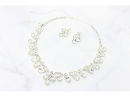 Strieborný náhrdelník vykladaný čírymi kamienkami