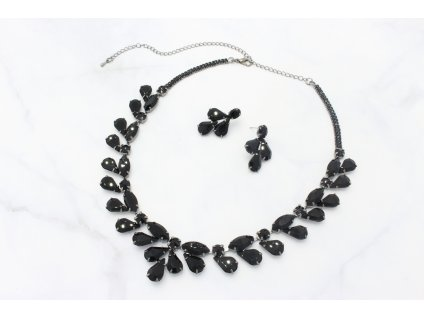 Oceľový náhrdelník vykladaný čiernymi kamienkami