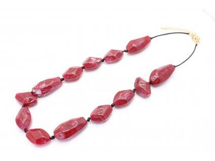 Bordový plastový náhrdelník na nitke
