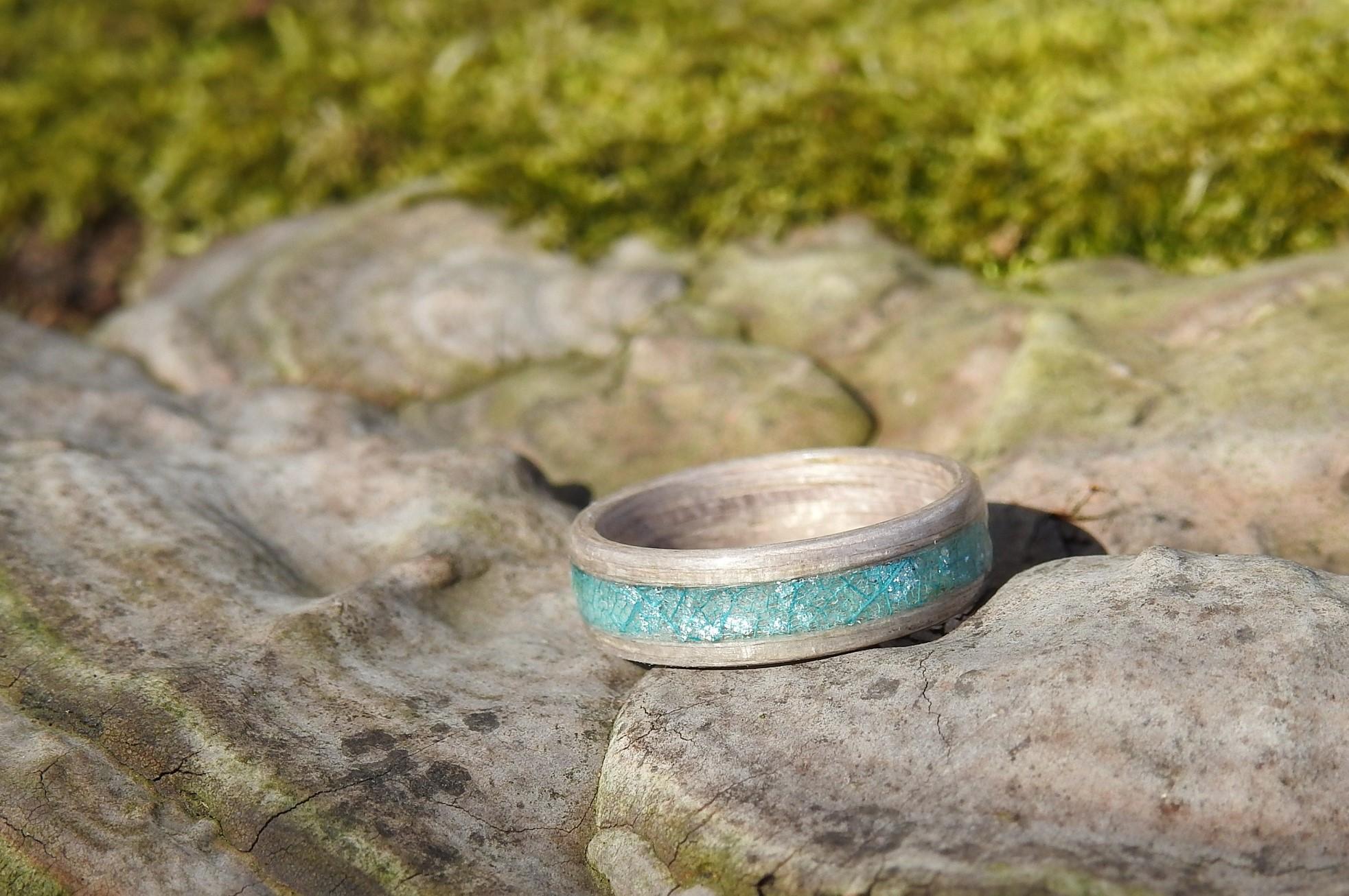 dreveny-prsten-jasan-stribrne-vlocky-feelrigs