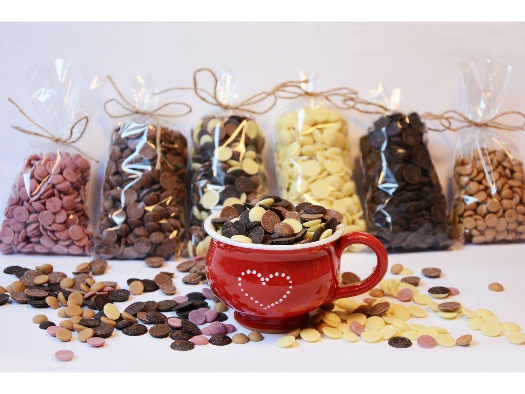 Ručně malovaný Červený hrneček se srdíčkem a čokoládovými čočkami dle výběru