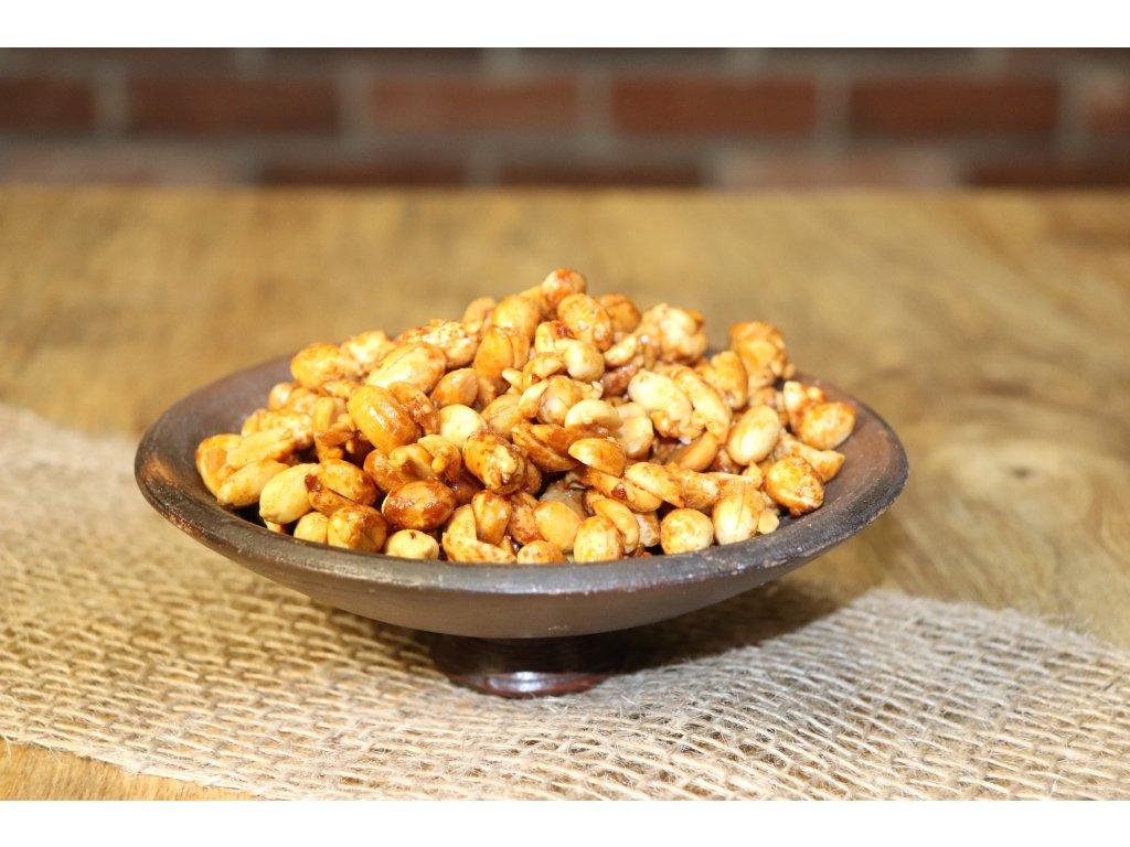Křupavé karamelizované arašídy sypané čtyřmi druhy pepře, pečené