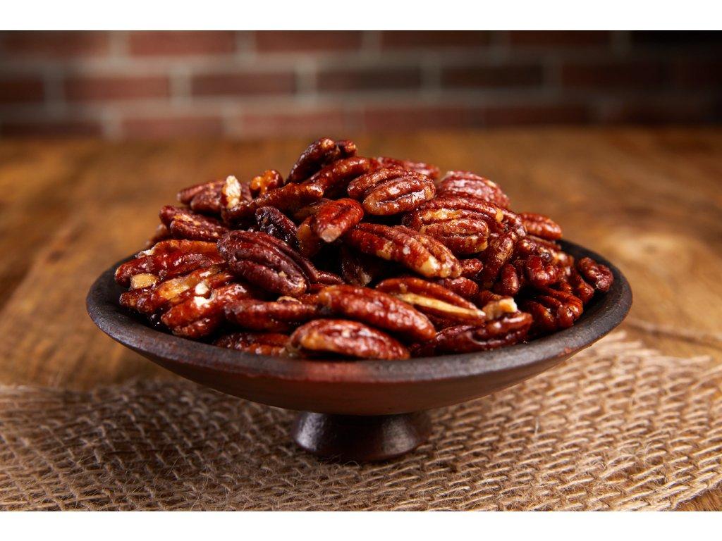 Křupavé karamelizované pekany sypané čtyřmi druhy pepře, pečené