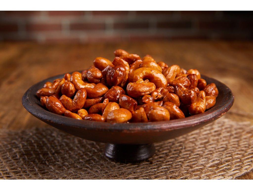 Křupavé karamelizované kešu sypané čtyřmi druhy pepře, pečené