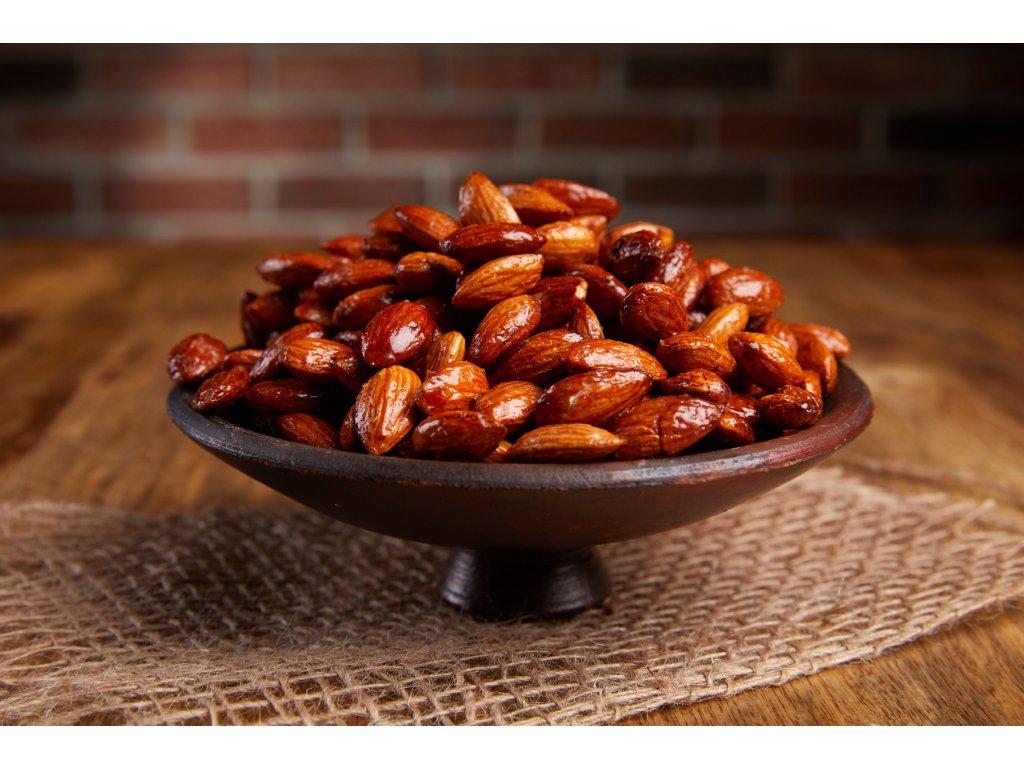 Křupavé karamelizované mandle sypané skořicí, pečené