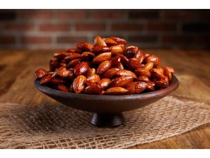 Křupavé karamelizované mandle sypané chilli, pečené