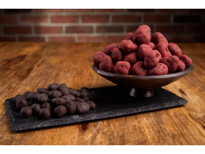 Lyofilizované jahody v jemné krustě z 72% hořké čokolády  a zaprášené jahodovým prachem