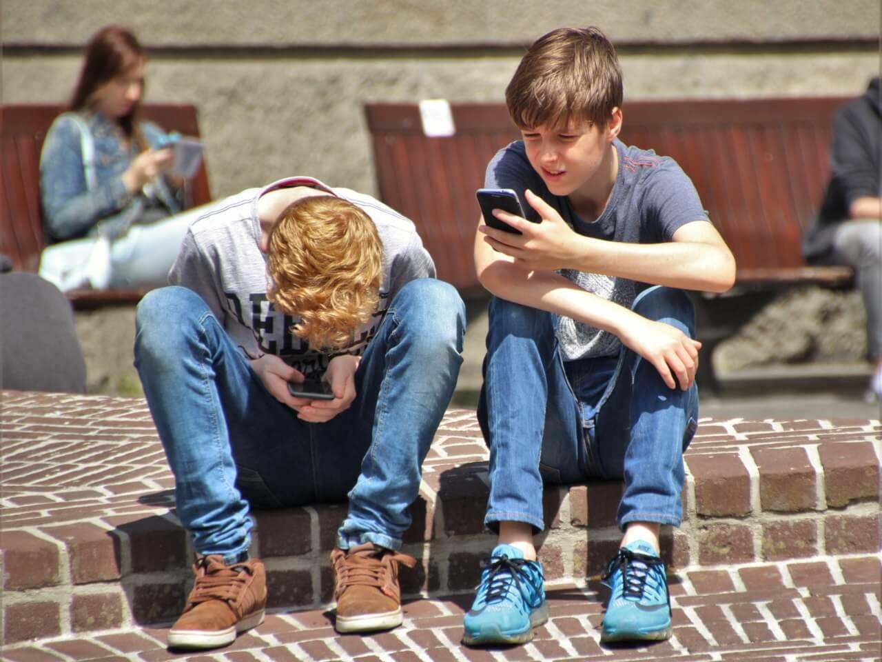 Nadužívání mobilů a tabletů u dětí nese své následky